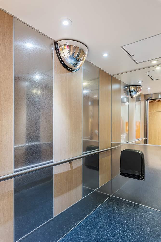 r novation d une cabine d ascenseur dans une maison de. Black Bedroom Furniture Sets. Home Design Ideas