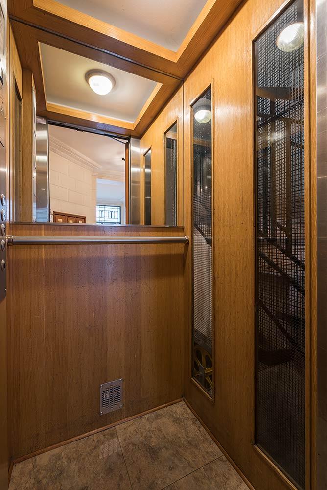 r novation cabine d ascenseur en bois haussmannien. Black Bedroom Furniture Sets. Home Design Ideas